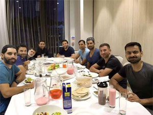 Aftar Dinne From Afridi  In Honor Of The Team In England