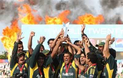 Pakistan Nay Mahireen Ki Raye Badal Di